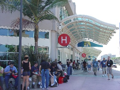 Hall-H Moderate Line – Comic Con 2004